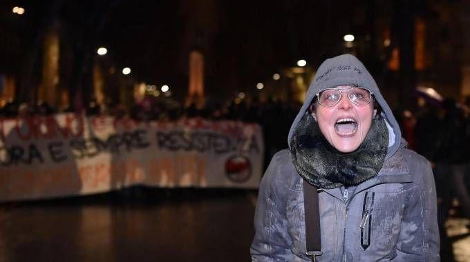 Scontri a Torino, l'insegnante grida contro la polizia (Ansa)