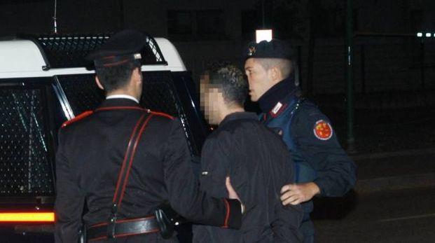 L'uomo è stato arrestato mezz'ora dopo dagli uomini del capitano Verde