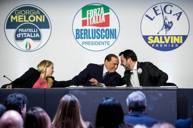 Berlusconi e Salvini confabulano sul palco (Lapresse)