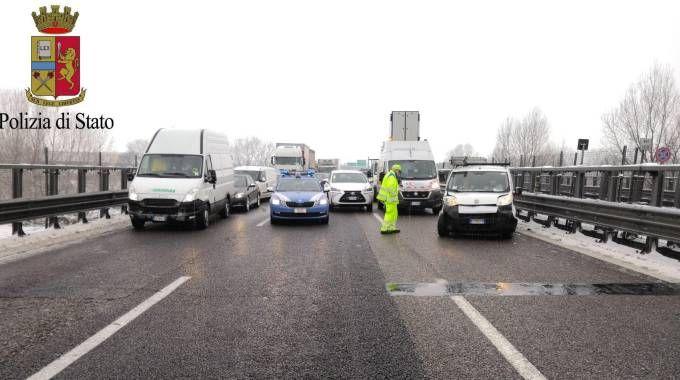 Il ghiaccio che si è formato sull'autostrada A1 all'altezza di Parma