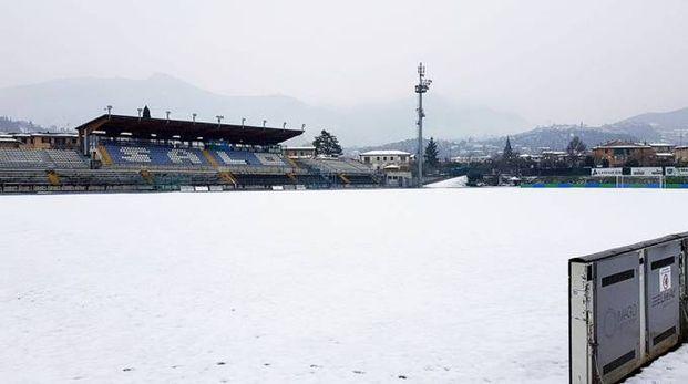 Lo stadio 'Turina' di Salò, in provincia di Brescia, reso impraticabile dalla neve
