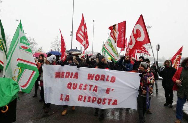 Mediaworld, presidio dei lavoratori a Curno