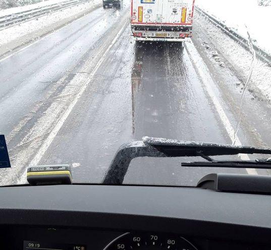 Perché le provinciali non sono ghiacciate, e l'autostrada sì? CHiede il nostro lettore G.Z, inviandoci questa foto