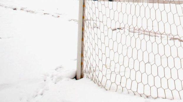 Campo di calcio coperto di neve (foto archivio Ansa)