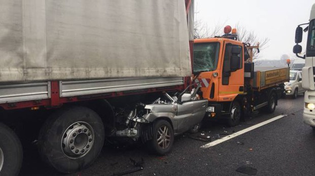 incidenti in a13 a ferrara, morta una donna. autostrada chiusa e