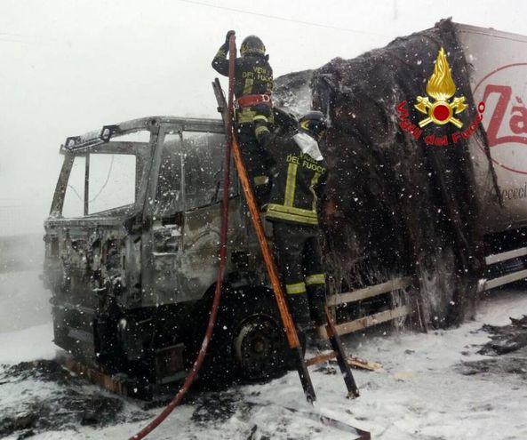 Autotreno in fiamme sulla tangenziale Ovest