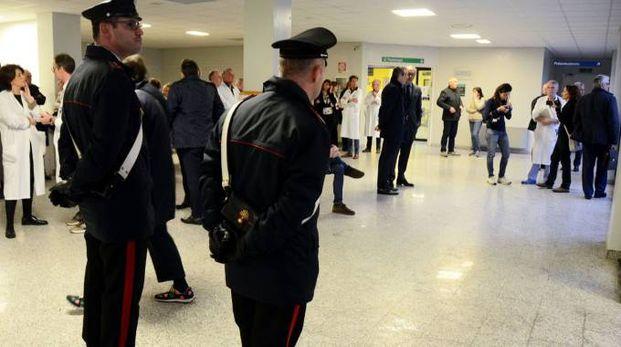 Carabinieri dentro l'ospedale Mandic di Merate