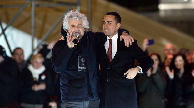 Beppe Grillo e Luigi Di Maio sul palco del comizio finale del M5s (Lapresse)
