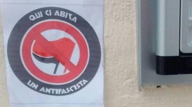 Uno degli adesivi affissi sulle porte