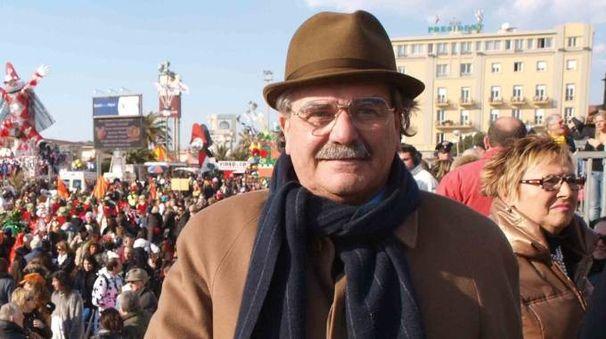 Nanni Maglione sulla tribuna del suo amatissimo Carnevale quando era presidente nel 2010-11