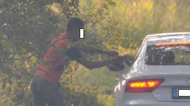 Nelle immagini dei carabinieri il momento in cui viene ceduta una dose di cocaina a un cliente