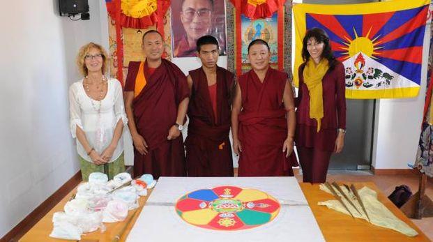I monaci tibetani con Sonia Zerbi, presidente dell'associazione Cao Shiatsu