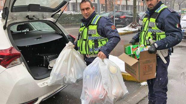 Gli agenti col carico di merce sequestrata
