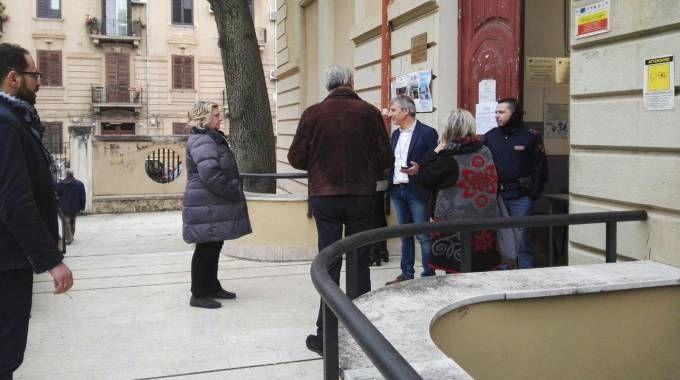 Palermo, code davanti ai seggi per l'apertura in ritardo (Ansa)
