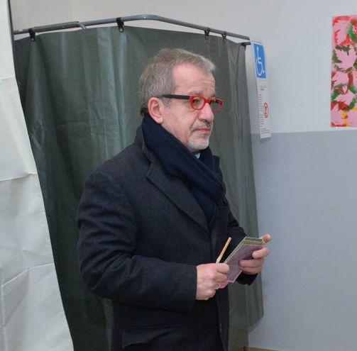 Il governatore uscente Roberto Maroni ha votato al seggio di Lozza