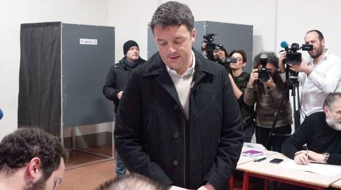 Matteo Renzi al seggio dove ha votato (Gianluca Moggi /New PressPhoto)