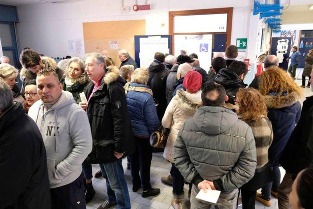 Gente in fila per votare alle scuole Cittadella (FotoFiocchi)