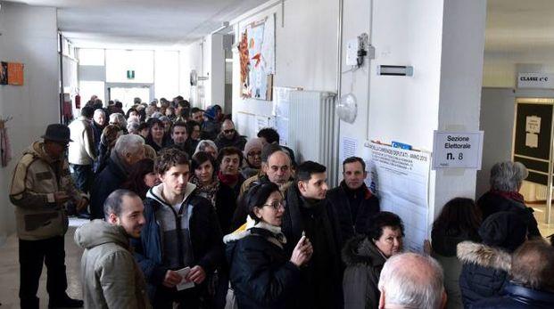 Elezioni 4 marzo, gente ai seggi a Forlimpopoli (Foto Fantini)