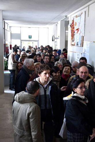 Code ai seggi a Forlimpopoli (foto Fantini)