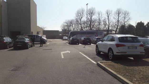 Il pullman della Fiorentina di fronte all'hotel