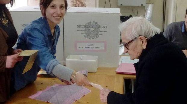 Rosa Ercoli, di Monsampietro Morico (Fermo), al voto a 107 anni (foto Zeppilli)