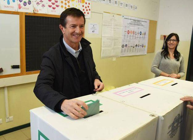 Il candidato presidente della Lombardia Giorgio Gori vota nel seggio di via Beltrami a Bergamo