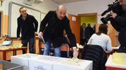 Il candidato presidente della Lombardia Dario Violi vota a Bergamo (foto De Pascale)