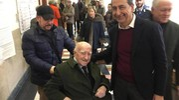 Il sindaco di Milano Beppe Sala si fa fotografare con un elettore che ad agosto compirà 100 anni