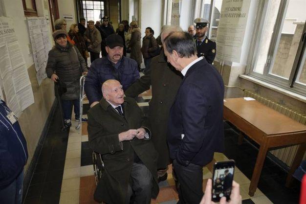 Il sindaco di Milano Beppe Sala si fa fotografare con un elettore che ad agosto compirà 100