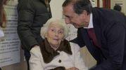 Il sindaco di Milano Beppe Sala si fa fotografare con un'anziana elettrice