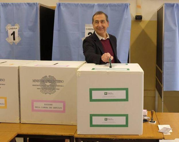 Il sindaco di Milano Beppe Sala vota nel seggio del liceo Parini