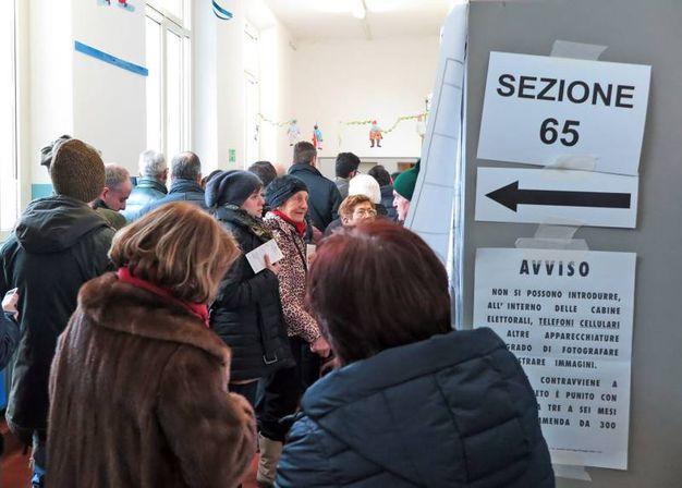 In attesa di votare (foto Petrangeli)