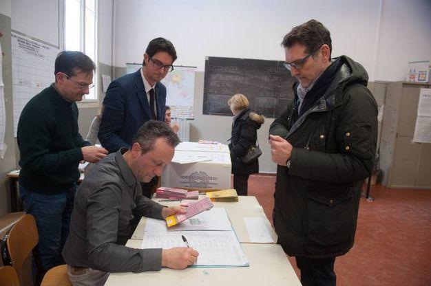 Il sindaco Virginio Merola vota (Foto Schicchi)