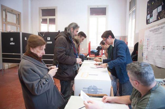 In attesa di votare (Foto Schicchi)