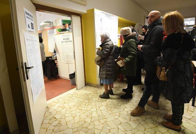 Tutti in fila per votare (Foto Schicchi)