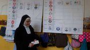 Suore al voto alle scuole Mordani (foto Corelli)
