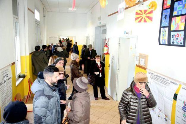 Lunghe file ai seggi (foto Ravaglia)