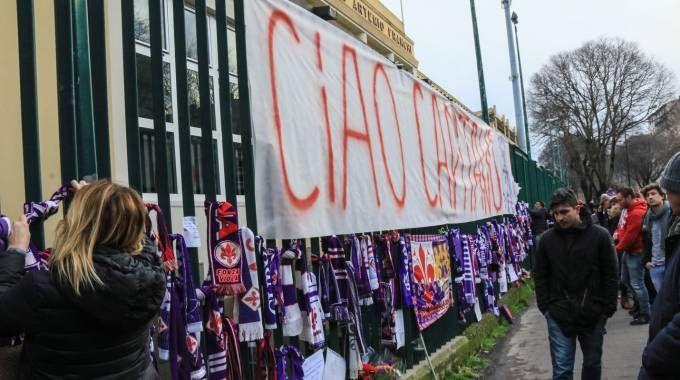 Sciarpe e uno striscione appesi fuori dallo stadio Franchi (foto Germogli)