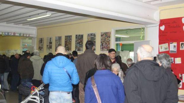 In coda per votare (foto Labolognese)