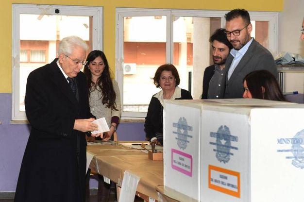 Sergio Mattarella, il primo a votare tra i politici. Ma uscendo dal seggio ha dimenticato il documento (Ansa)