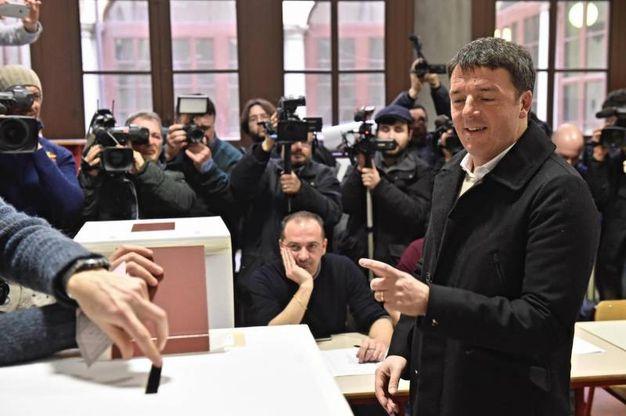 Il segretario del Pd Matteo Renzi vota nella sezione 10 del seggio allestito nel liceo Machiavelli di Firenze (Ansa)