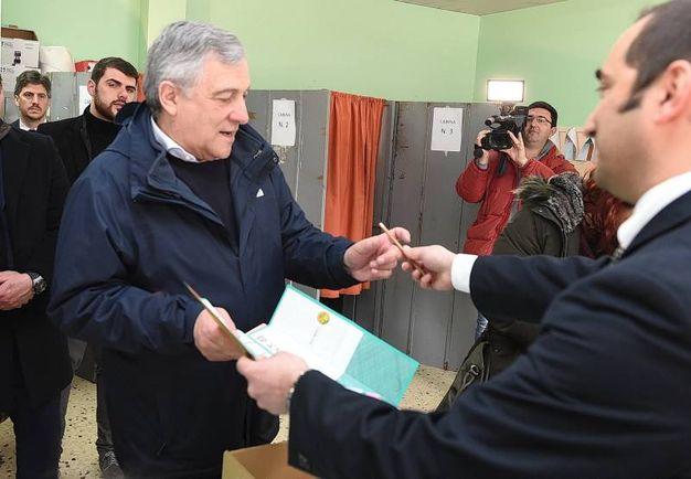 Il candidato premier di Forza Italia Antonio Taiano al voto a Fiuggi (Lapresse)