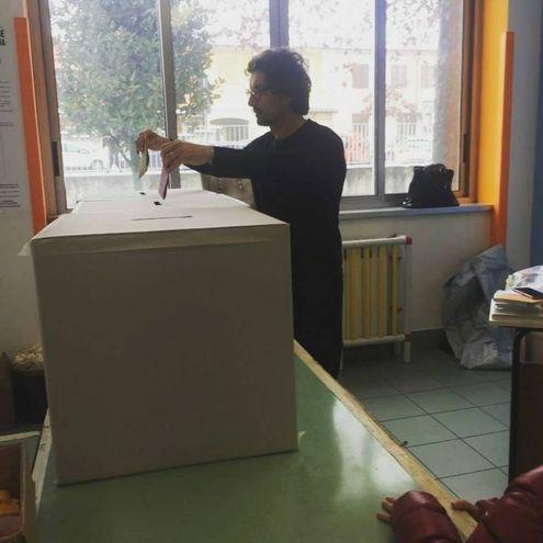 Anche il pentastellato Danilo Toninelli si fa immortalare mentre infila la sche da nell'urna, e poi posta la foto su Facebook (Dire)