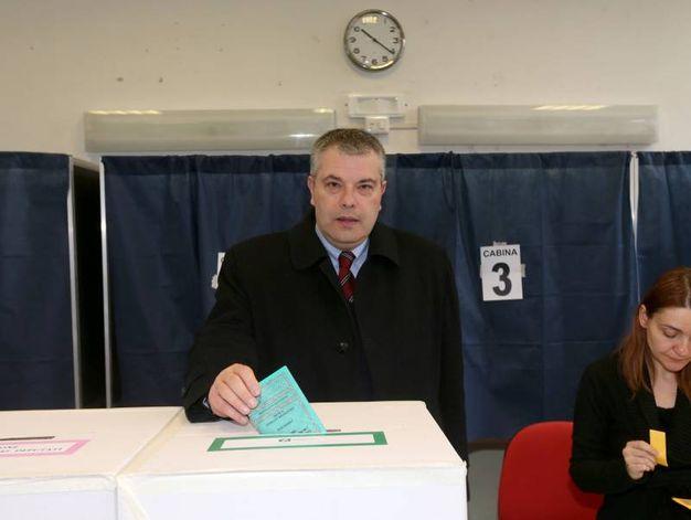 Onorio Rosati, candidato presidente LeU in Lombardia: anche lui infila la scheda nell'urna (Lapresse)