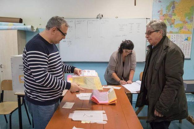 Il voto dell'ex presidente della regione Emilia Romagna Vasco Errani (Ansa)