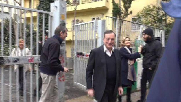 Il presidente della Bce Mario Draghi all'uscita dal seggio a Roma (Ansa)