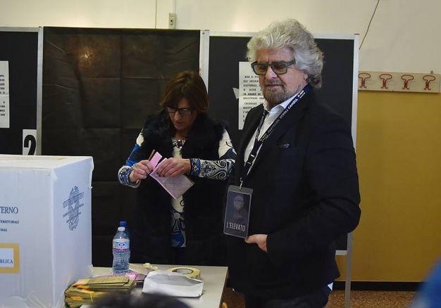 Beppe Grillo ai seggi (LaPresse)