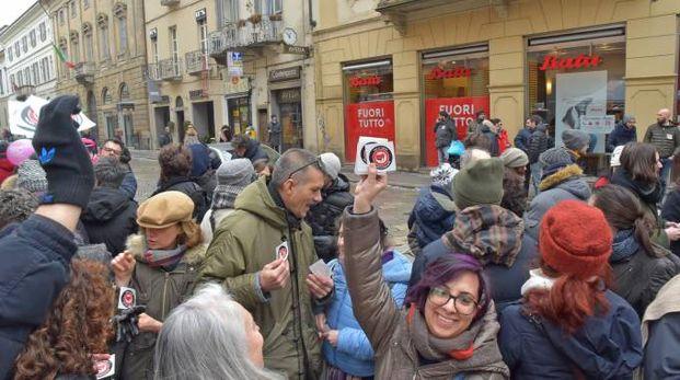Distribuzione di adesivi antifascisti a Pavia (Torres)