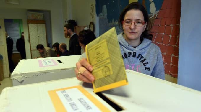 Una elettrice con la scheda del Senato (Foto Crocchioni)