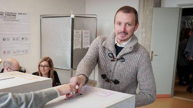 Maurizio Carrara al voto (foto Castellani)